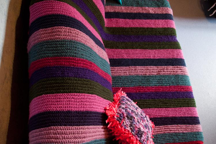 diy un plaid au crochet pour habiller mon canap. Black Bedroom Furniture Sets. Home Design Ideas