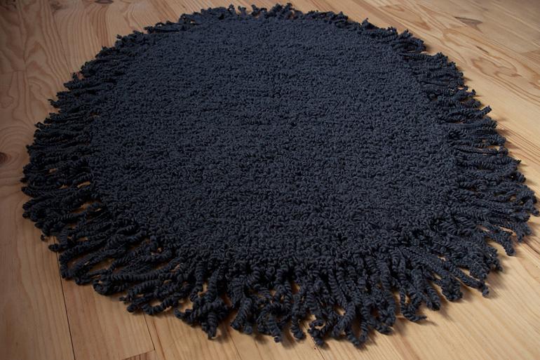 Tuto du tapis gris à franges au tricot