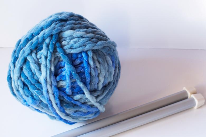 écheveau de laine bleue aiguille en fête