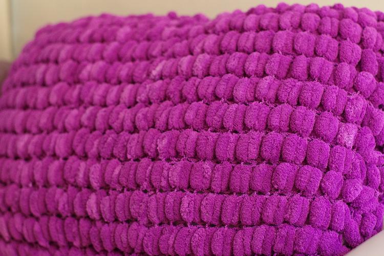 tricot un coussin de canap en laine pompon. Black Bedroom Furniture Sets. Home Design Ideas