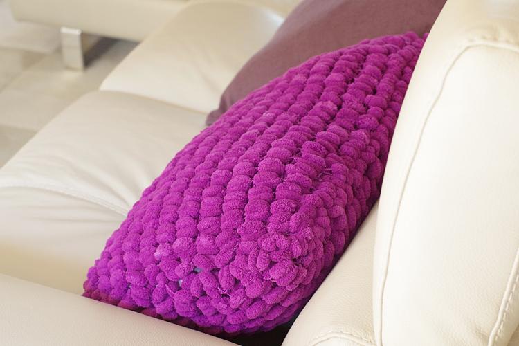 tricoter un coussin en laine pompon pour habiller le canap. Black Bedroom Furniture Sets. Home Design Ideas