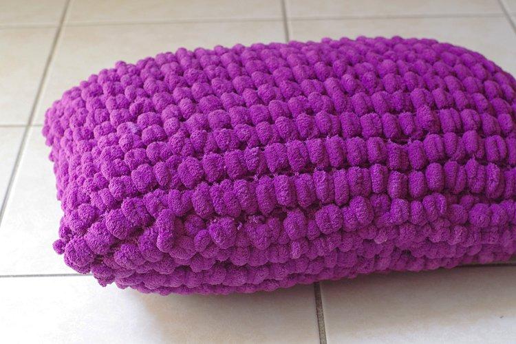 tricoter un coussin en laine pompon