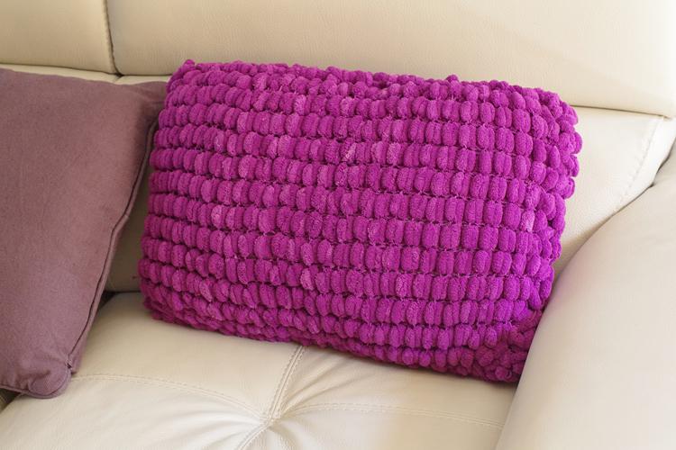coussin au tricot en laine pompon