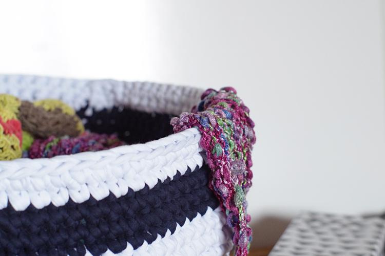 ouvrages au tricot rangement dans panier