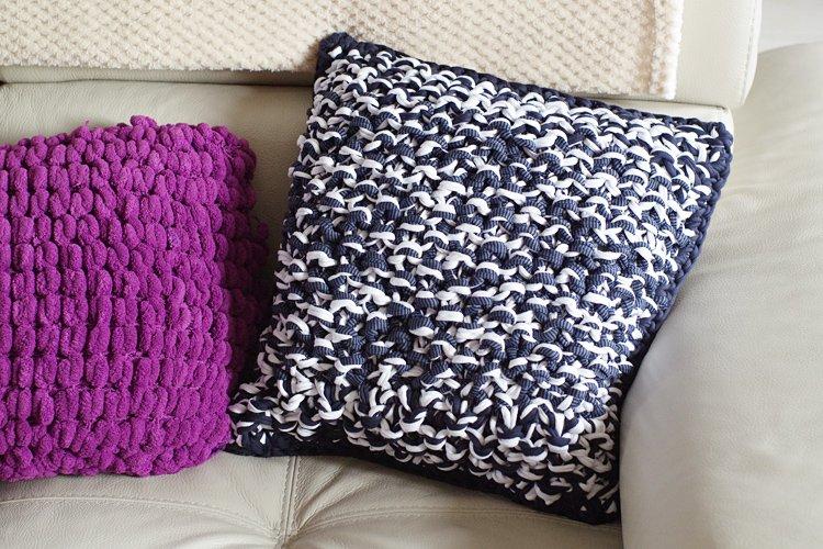 tricoter un coussin en trapilho apodioxe. Black Bedroom Furniture Sets. Home Design Ideas