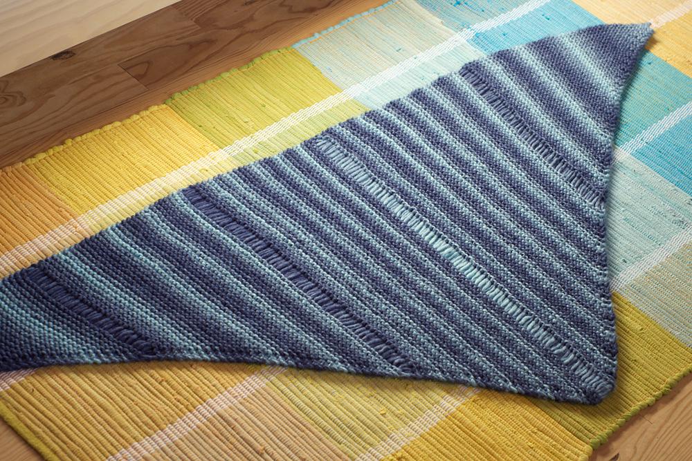 chale asymetrique bleu tricot