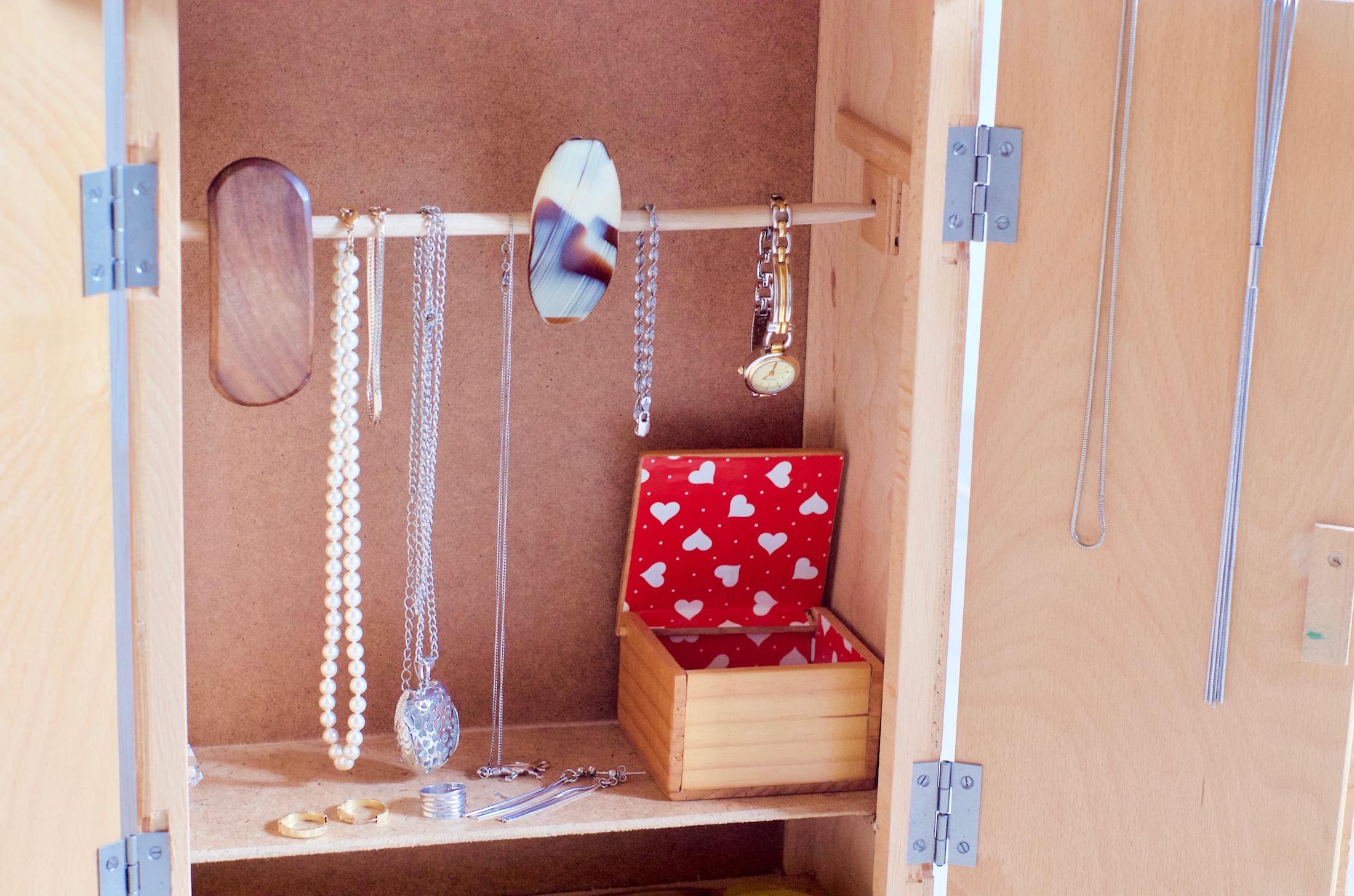 idée recup : un rangement à bijoux dans une armoire de poupée